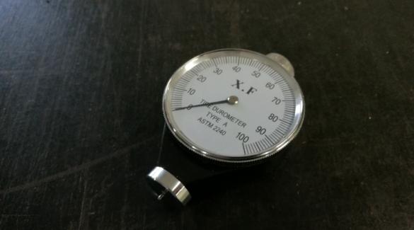 Duromter mierzy jak twarde są wyroby gumowe i silikonowe. Uszczelki, o-ringi, tulejki, tuleje.